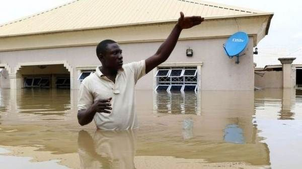 nigerian-man-in-fllood