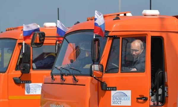 image-of-Putin-driving-on-the-longest-bridge-in-europe