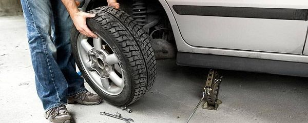 image-of-mercedes-benz-changing-tire