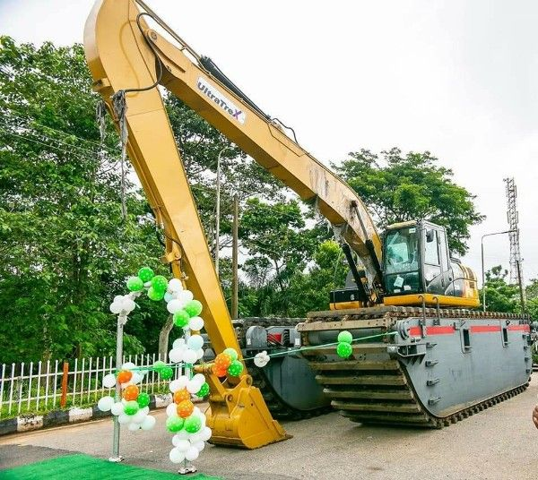 Governor-Rotimi-Akeredolu-commisions-the-CAT-320D2-Amphibious-Excavator
