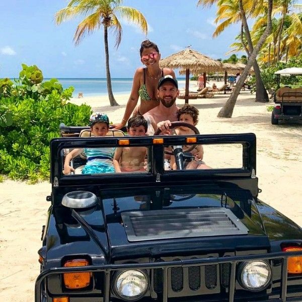 Lionel-Messi-on-Jeep-with-family