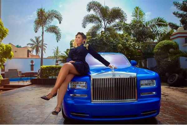 Juliet-Okonkwo-pose-with-her-blue-Rolls-Royce-Phantom