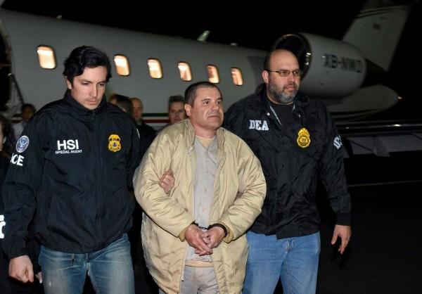 Joaquín-El-Chapo-Guzmán-handcuffed-by-authorities