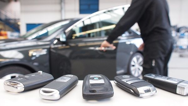 image-of-car-criminals-using-keyless-fobs