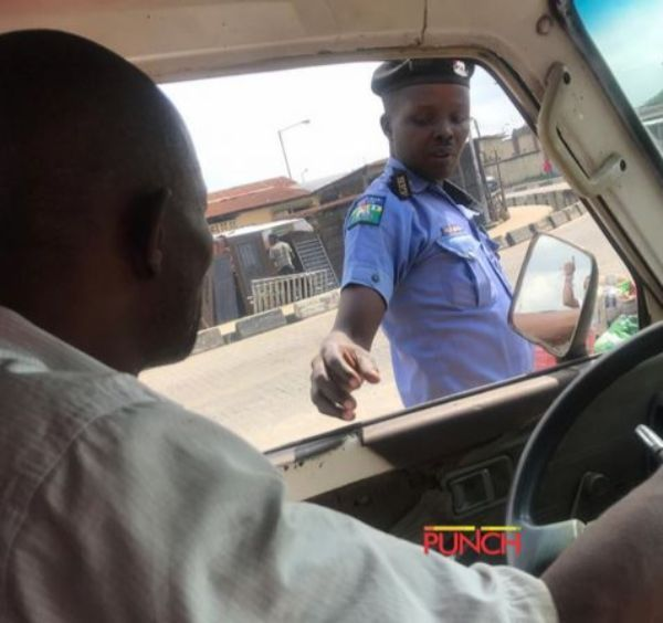 policeman-taking-bribe-from-driver-2
