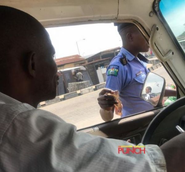 policeman-taking-bribe-from-driver-3