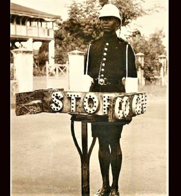 1940s-Nigerian-policeman-and-manual-traffic-light-device