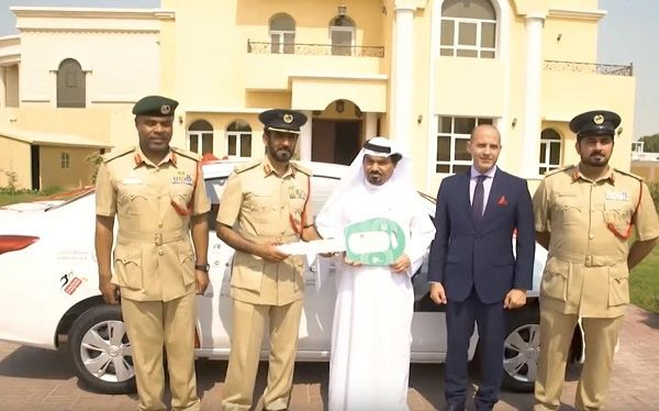 Dubai-police-giving-a-car-to-Al-sweedi
