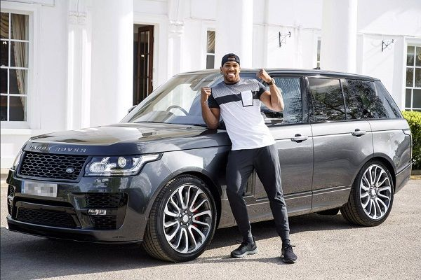 Anthony-Joshua-poses-with-his-former-Range-Rover-SVAutobiography-SUV