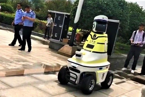 New-Robot-traffic-police-in-China