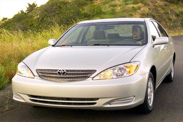 man-driving-a-Toyota-Camry-2004