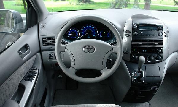 2nd-gen-Toyota-Sienna-cockpit