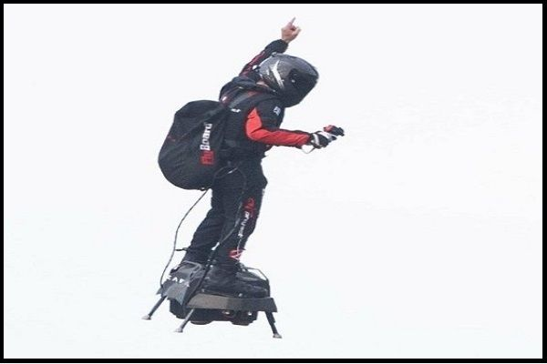Franky-Zapata-flying-his-Flyboard-hoverboard