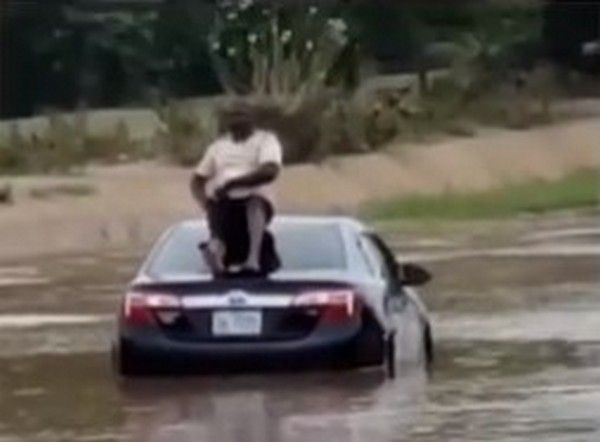 driver-in-flood-in-abuja