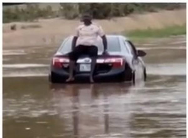 driver-stuck-in-abuja-flood