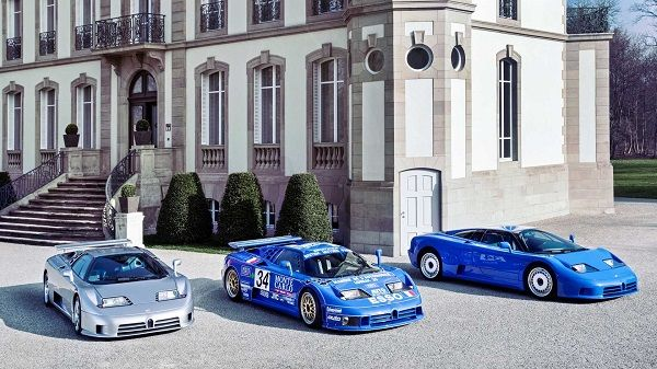 Bugatti-EB110-hypercars-displayed-in-front-of-a-house
