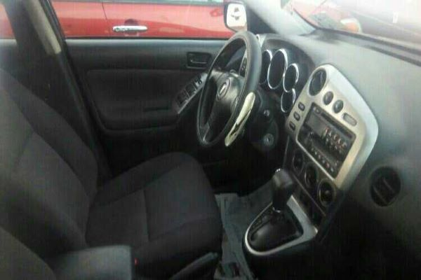 Steering-wheel-and-dashboard-of-Pontiac-Vibe-2005