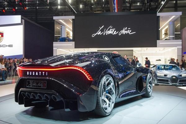 Bugatti-la-voiture-noire-rear-view