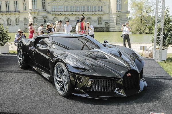 Bugatti-la-voiture-noire-angular-front