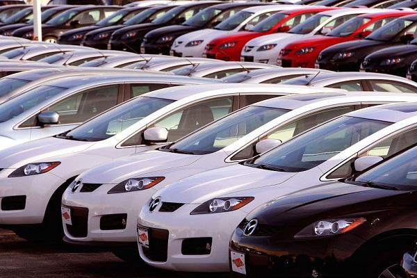 Lineup-of-cars-at-a-dealership