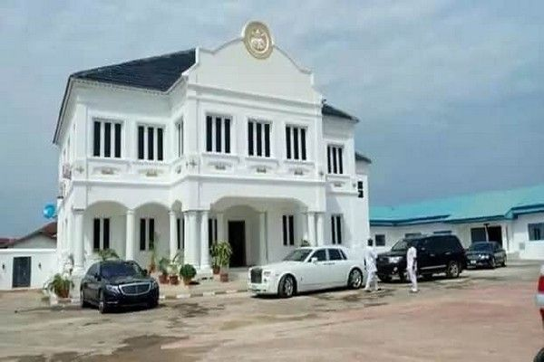 ooni-of-ife-house-and-cars