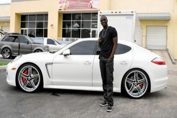 Akon-standing-with-his-white-Porsche-Panamera