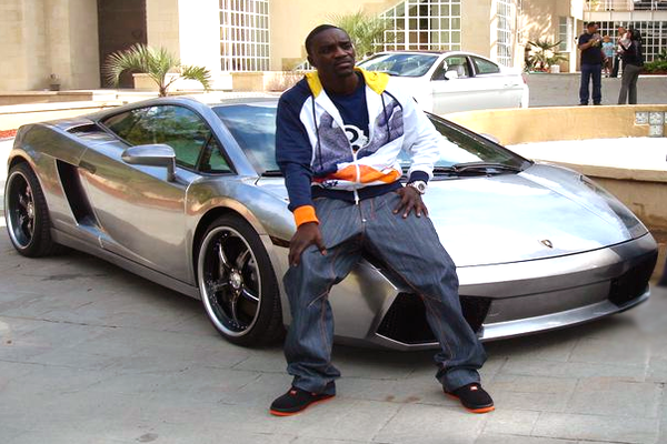 Akon-sitting-on-his-Lamborghini-Gallardo