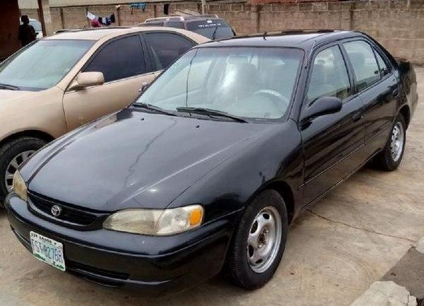 angular-front-of-the-Toyota-Corolla-2000