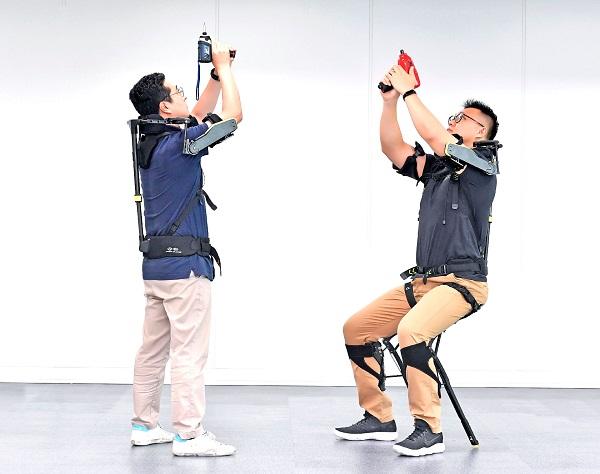 image-of-Hyundai-exoskeleton-demonstration-worn-by-two-people