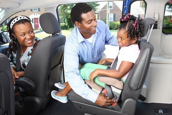 African-parents-adjust-the-car-seat-for-their-kid
