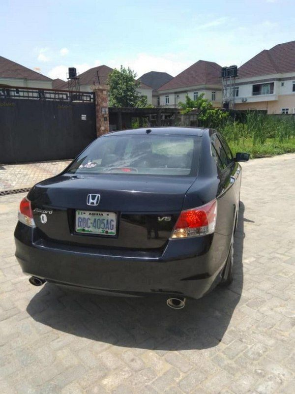 angular-rear-of-the-Honda-accord-2010