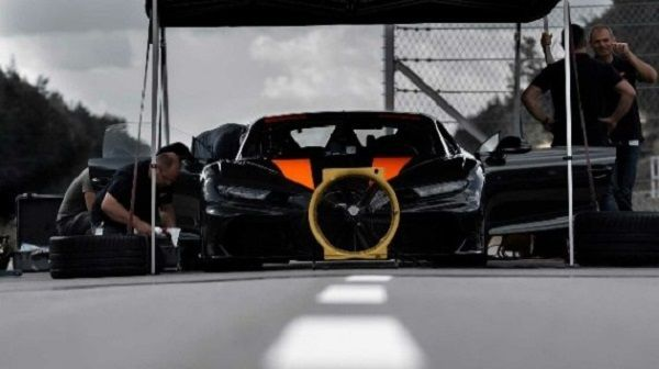 Engineers-tweaking-the-304mph-Bugatti-Chiron-Thor