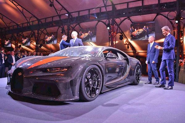 Bugatti-Chiron-Super-Sport-300-hypercar-with-people
