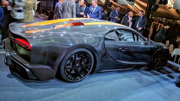 limited-edition-Bugatti-Chiron-Super-Sport-300-hypercar-side