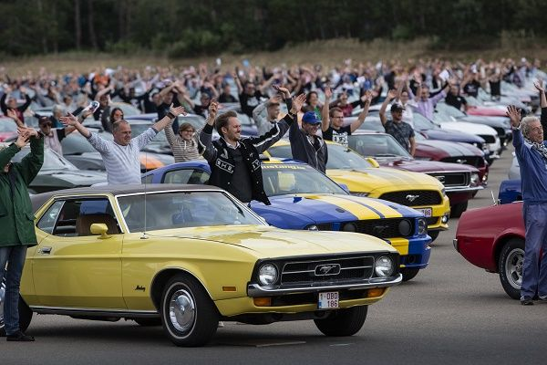 mustang-owners-on-Ford-parade