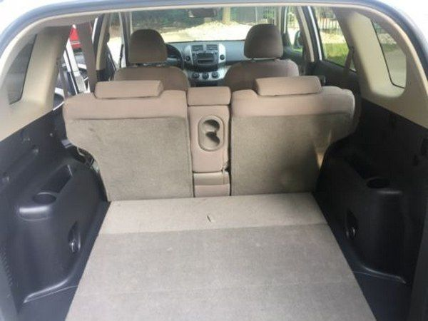 cargo-space-of-toyora-RAV4-2006