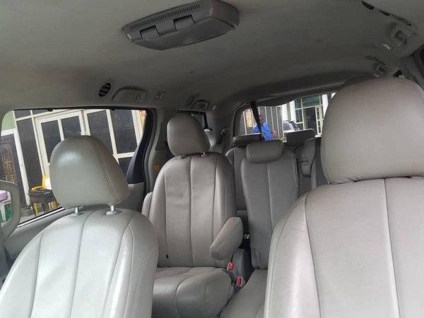 Toyota-sienna-2012-interior