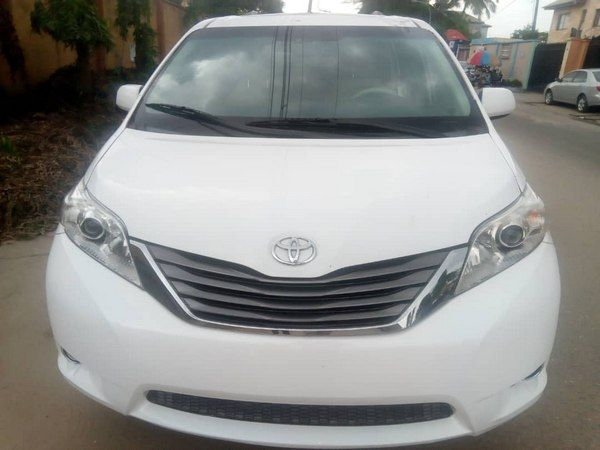 Front-of-the-toyota-sienna-2012