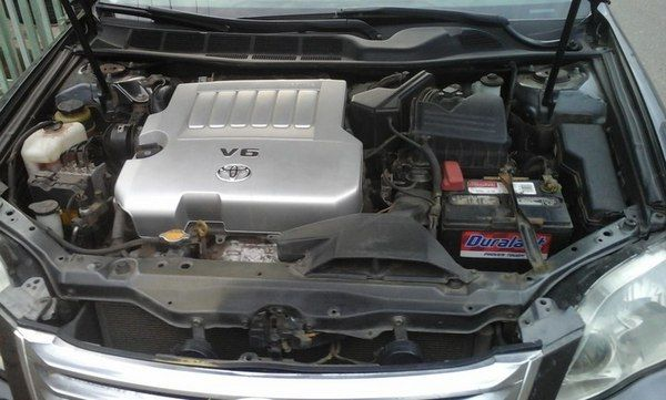 engine-bay-of-the-toyota-avalon-2008