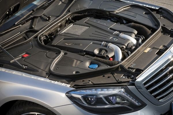 Engine-of-the-Mercedes-Benz-S550