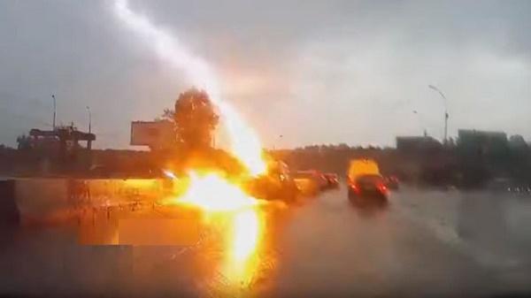 lightning-strikes-car-in-russia