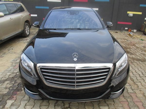 The-front-of-a-black-Mercedes-Benz-S550
