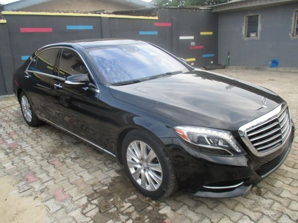 angular-front-of-a-black-Mercedes-Benz-S550