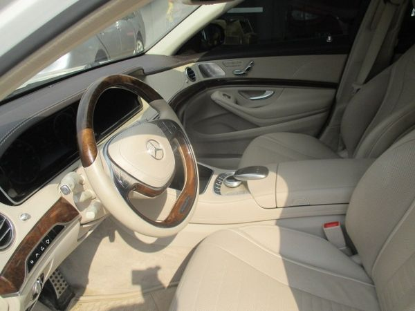 front-seat-of-the-Mercedes-Benz-S550