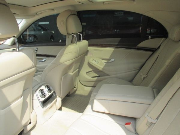 rear-seat-of-the-mercedes-Benz-s550