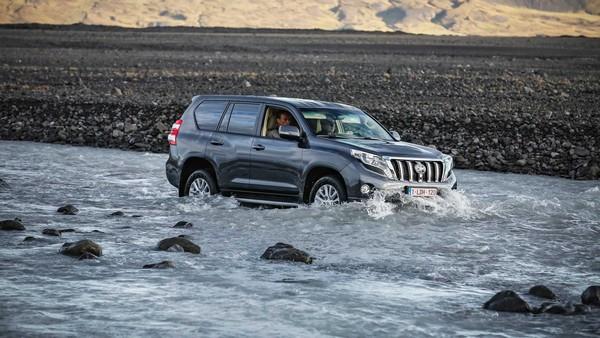 land-cruiser-driving-in-water