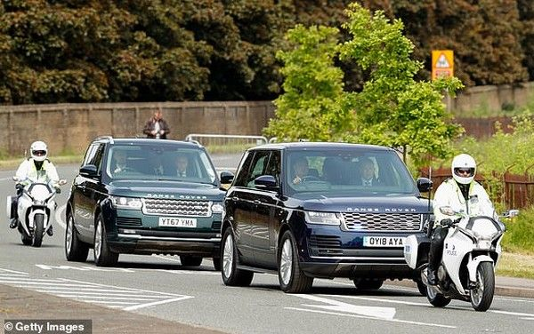 Prince-harry-and-meghan-range-rover-entourage-in-south-africa