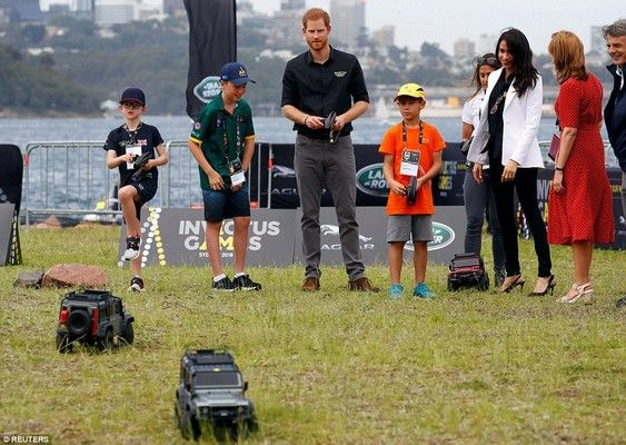 harry-and-meghan-playing-with-kids-in-sa