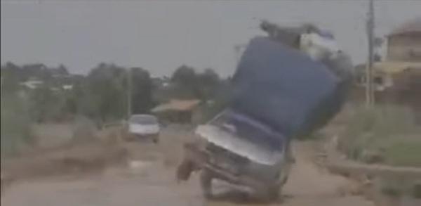 overloaded-car-falling
