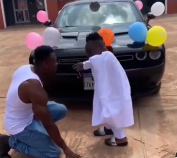 shatta-badle-handing-the-car-key-to-his-bouncer